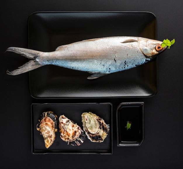 Plat lag arrangement met vis en schelpen
