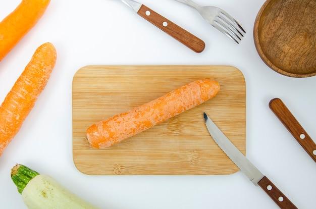 Plat lag arrangement met wortel op snijplank