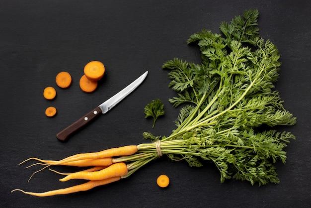 Plat lag arrangement met wortelen