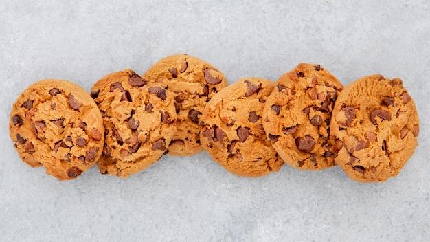 Plat lag arrangement van cookies in een lijn
