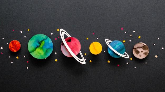 Plat lag arrangement van creatieve papieren planeten