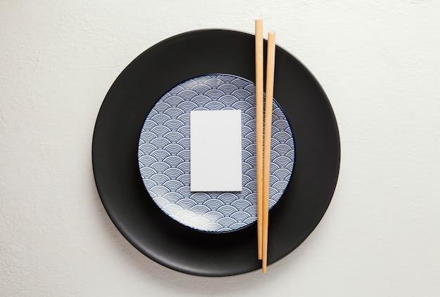 Plat lag arrangement van elegant serviesgoed met smartphone