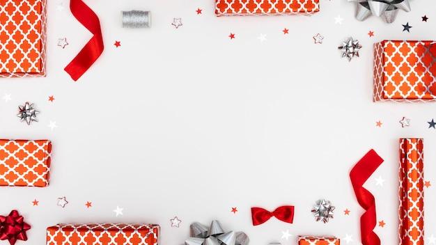Plat lag arrangement van feestelijk verpakte cadeautjes