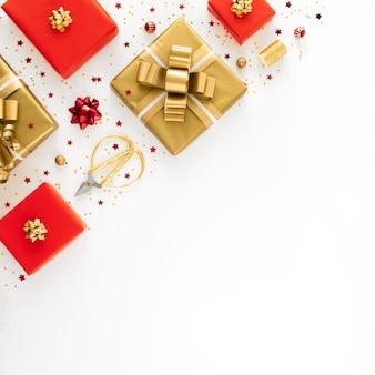 Plat lag arrangement van feestelijke verpakte cadeautjes met kopie ruimte