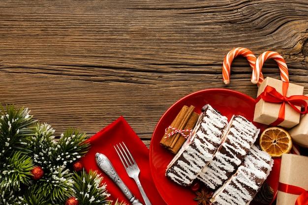Plat lag arrangement van heerlijk kerstdessert met kopie ruimte