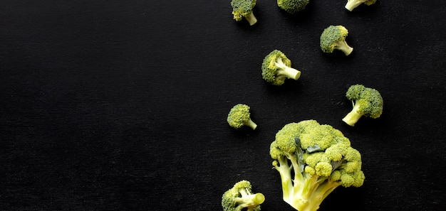 Plat lag arrangement van heerlijke verse broccoli met kopie ruimte