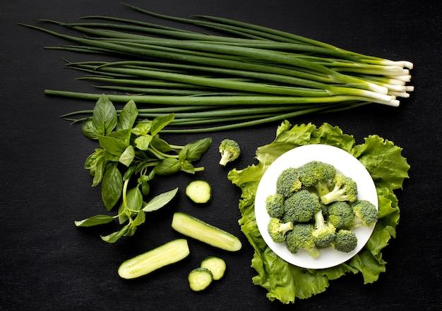 Plat lag arrangement van heerlijke verse groenten