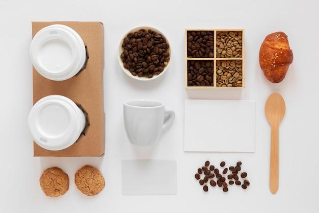 Plat lag arrangement van koffie merkelementen op witte achtergrond