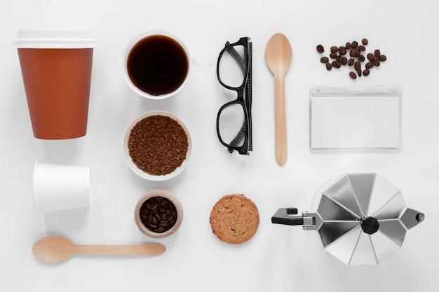 Plat lag arrangement van koffie merkelementen