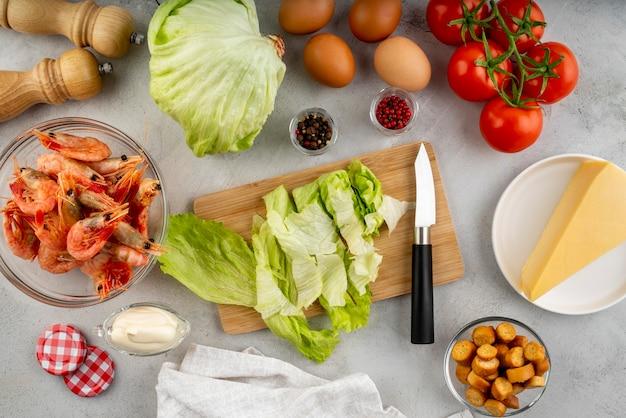 Plat lag arrangement van lekker eten en ingrediënten