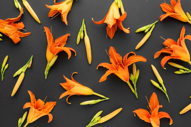 Plat lag arrangement van oranje lelies
