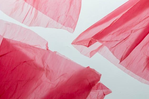 Plat lag arrangement van rode plastic zakken