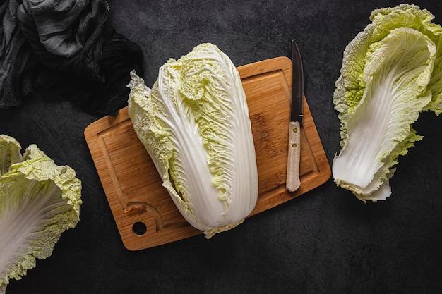Plat lag arrangement van salade op een houten bord
