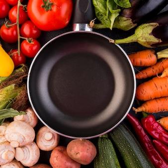 Plat lag arrangement van verschillende groenten met pan close-up