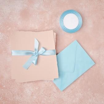 Plat lag arrangement voor bruiloft met enveloppen