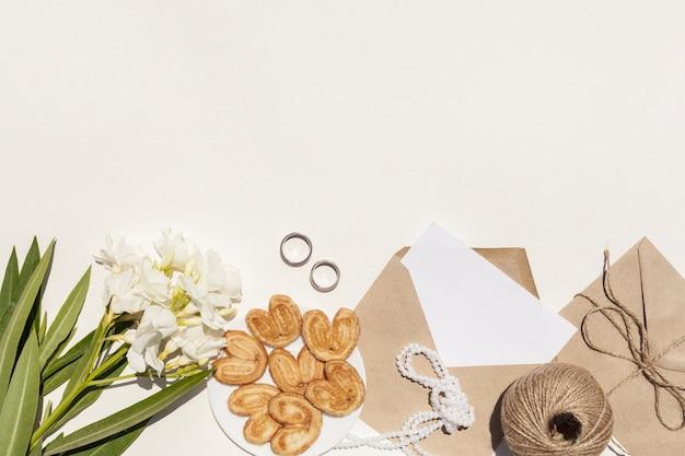 Plat lag artistieke compositie voor bruiloft met kopie ruimte