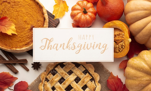 Plat lag assortiment met eten en thanksgiving-teken