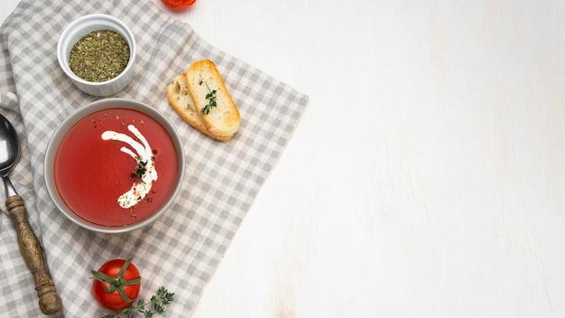 Plat lag assortiment met heerlijke lokale voedselmaaltijd met kopie ruimte