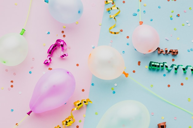 Plat lag assortiment met kleurrijke confetti en ballonnen