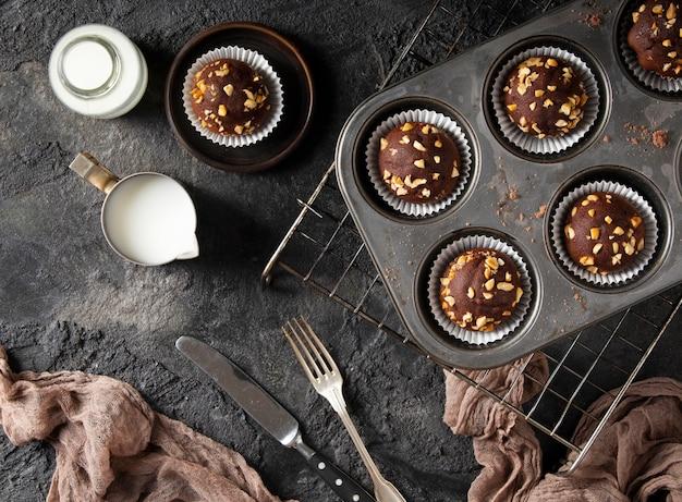 Plat lag assortiment van chocolade cupcakes