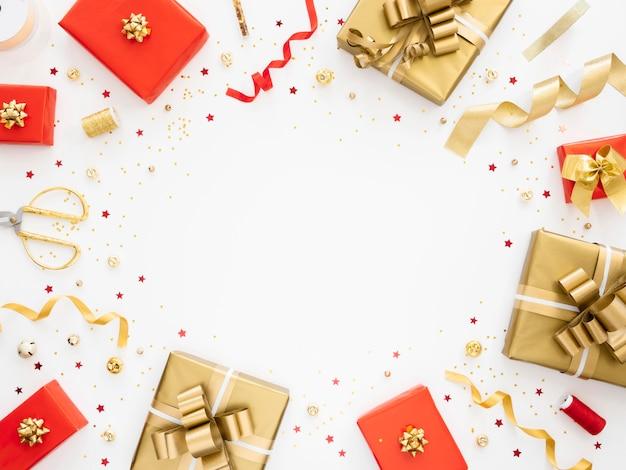Plat lag assortiment van feestelijk verpakte cadeautjes