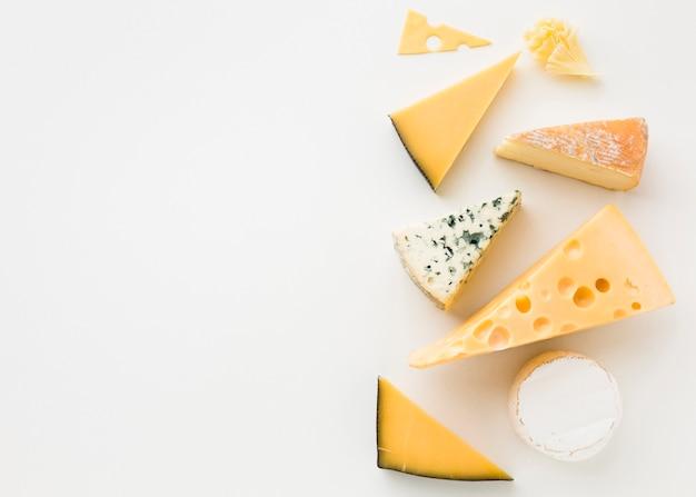 Plat lag assortiment van gastronomische kaas met kopie ruimte