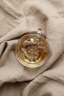 Plat lag assortiment van gedroogde planten in thee