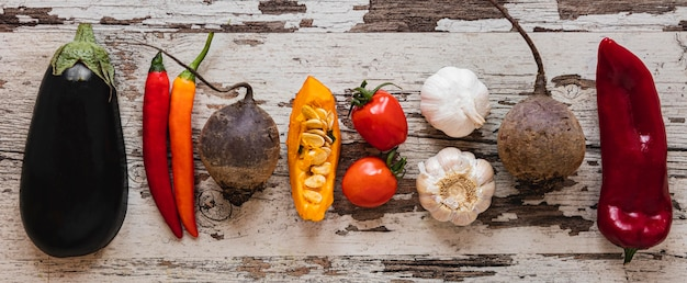 Plat lag assortiment van groenten en tomaten