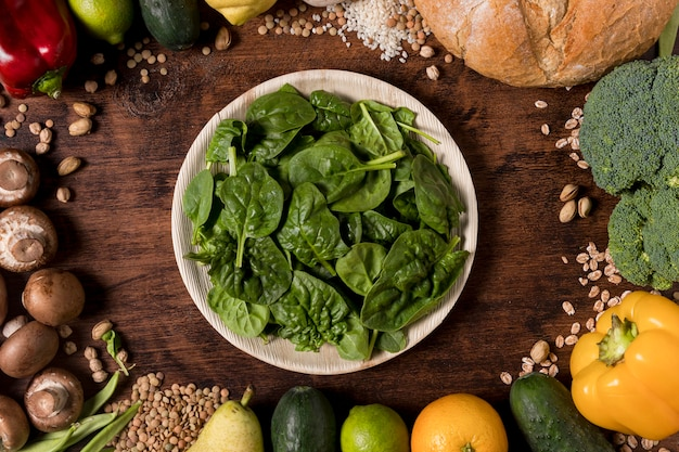 Plat lag assortiment van groenten en zaden