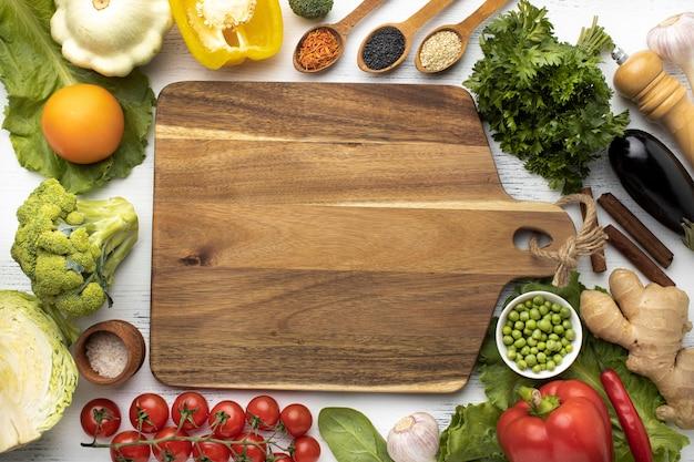 Plat lag assortiment van rauwe groenten