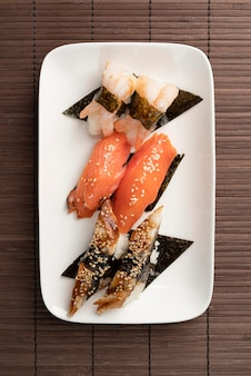 Plat lag assortiment van sushi-goodies