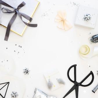 Plat lag assortiment van verpakte cadeautjes