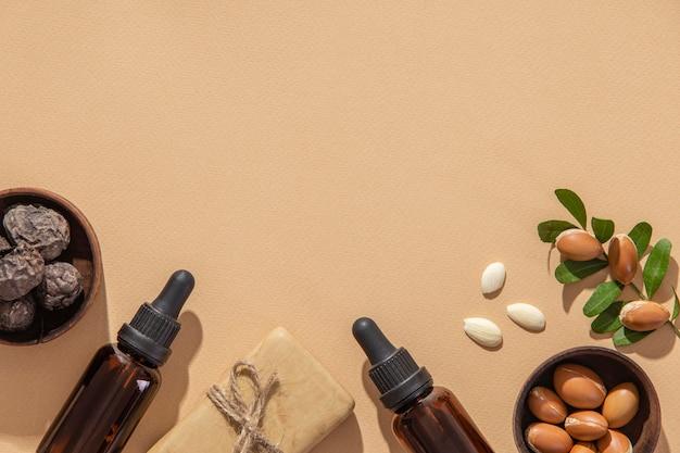 Plat lag assortiment van verzorgingsproducten voor arganolie