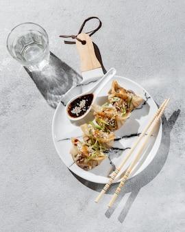 Plat lag aziatisch eten met kruiden