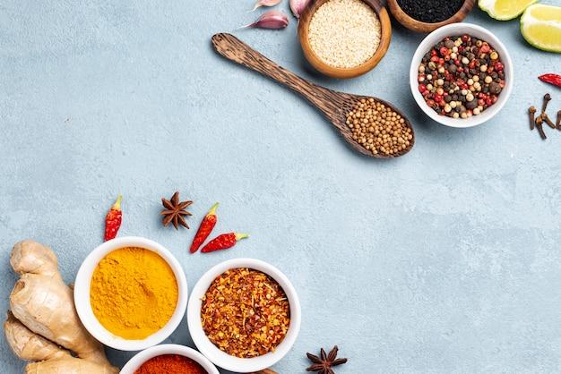Plat lag aziatische voedselingrediënten met blauwe achtergrond