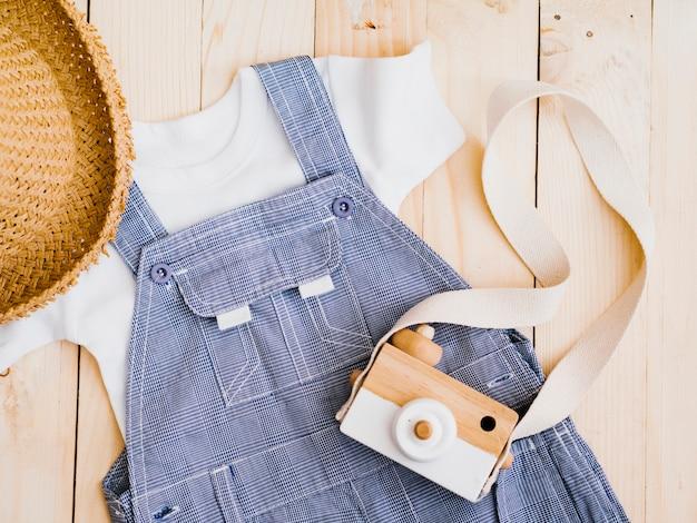 Plat lag babykleding met fotocamera
