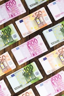 Plat lag bankbiljetten gerangschikt op houten tafel