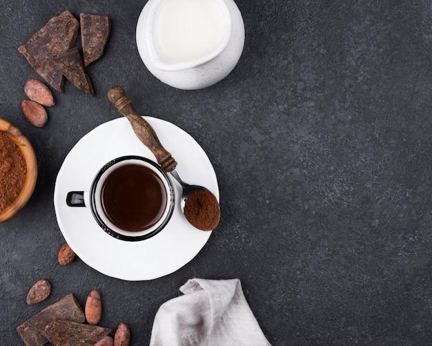 Plat lag beker met warme chocolademelk op tafel