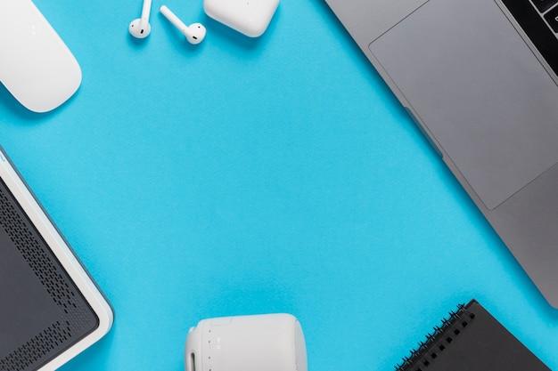 Plat lag blauw bureau met laptop en koptelefoon
