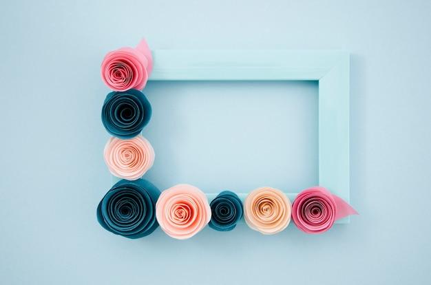 Plat lag blauwe bloemen frame op blauwe achtergrond