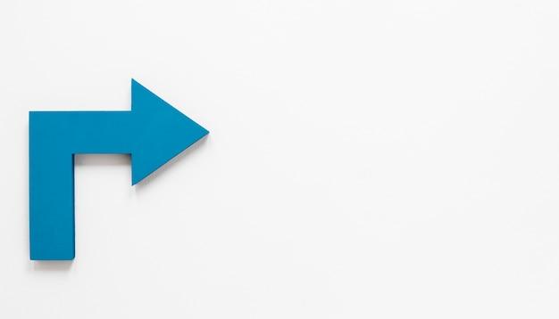 Plat lag blauwe pijl met kopie-ruimte op een witte achtergrond