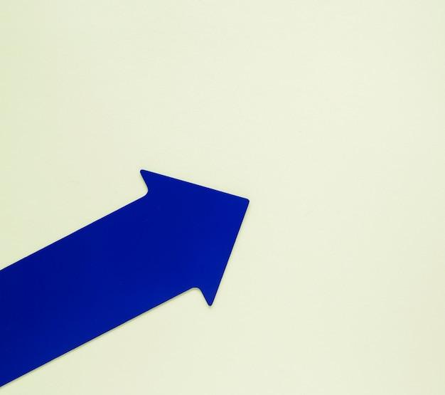 Plat lag blauwe pijl naar boven gericht