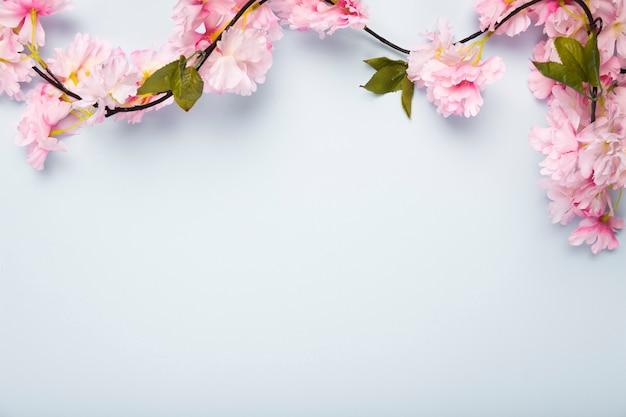 Plat lag bloeiende bloemen met kopie-ruimte