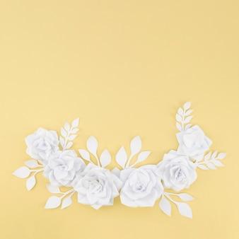 Plat lag bloemen assortiment met gele achtergrond