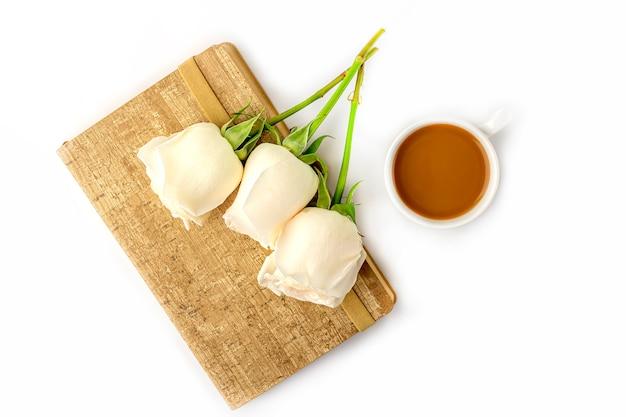 Plat lag bloemen romantische samenstelling. 's ochtends koffiemok voor het ontbijt