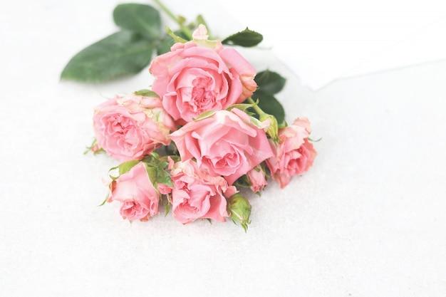 Plat lag boeket van roze bloemen