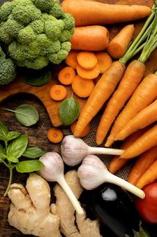 Plat lag bosje verse groenten arrangement