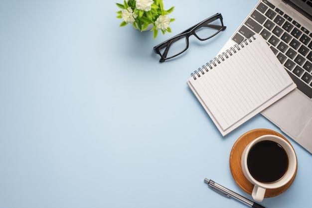 Plat lag bovenaanzicht afbeelding van werkruimte klaar werkapparatuur pastel blauwe kleur achtergrond bureau concept.