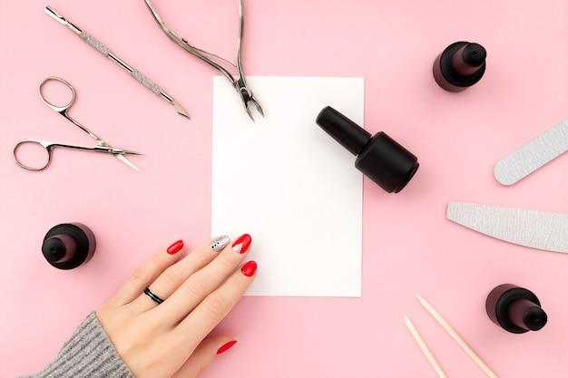 Plat lag bovenaanzicht apparatuur voor manicure en lege notitie