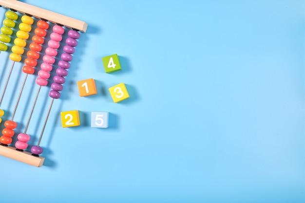 Plat lag bovenaanzicht van felgekleurde houten bakstenen en telraam speelgoed